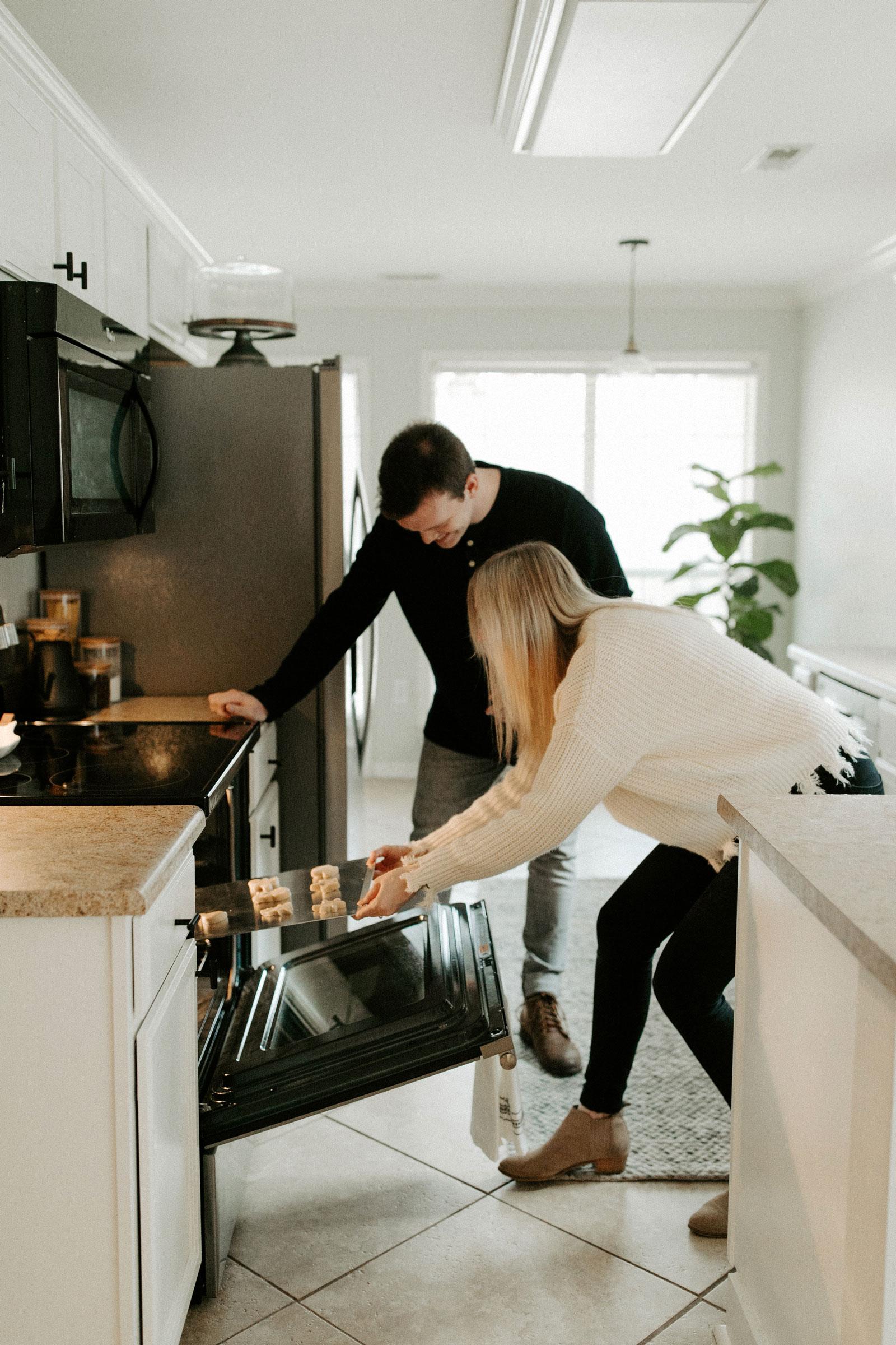 Ungt par i fin leilighet som baker